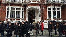 Возле посольства Эквадора в Лондоне. Архивное фото