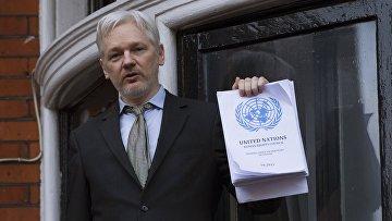 Сооснователь WikiLeaks Джулиан Ассанж выступает с речью с балкона посольства Эквадора в Лондоне перед журналистами и митингующими. 5 февраля 2016