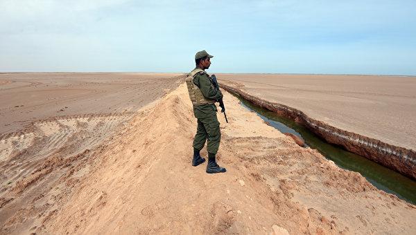 Солдат армии Туниса на границе с Ливией