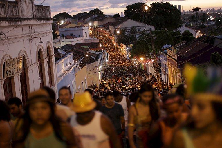 Участники вечеринки в рамках карнавала в окрестностях Олинды, Бразилия. 7 февраля 2016