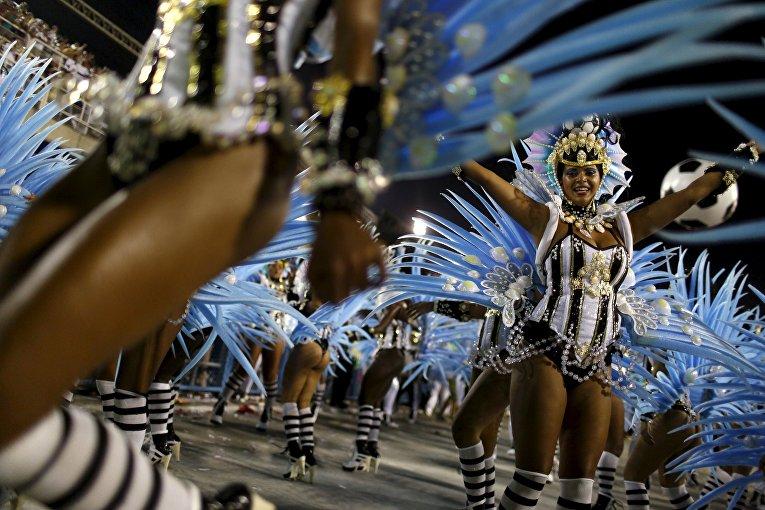 Участницы карнавала в Рио-де-Жанейро, 8 февраля 2016