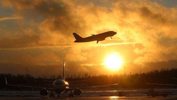 Самолеты на взлетно-посадочной полосе. Архивное фото