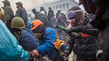 Сторонники оппозиции поджигают бутылки с зажигательной смесью на площади Независимости в Киеве