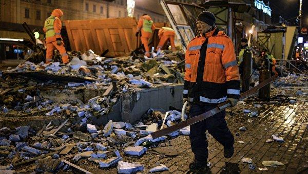 Сотрудники коммунальных служб производят снос незаконно построенных торговых павильонов у метро Маяковская в Москве. Архивное фото