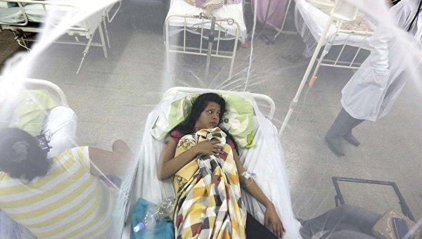 Девушка защищенная москитной сеткой в больнице в Луке, Парагвай. Архивное фото