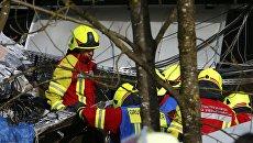 Сотрудники службы спасения работают на месте столкновения двух пассажирских поездов в Германии. 9 февраля 2016
