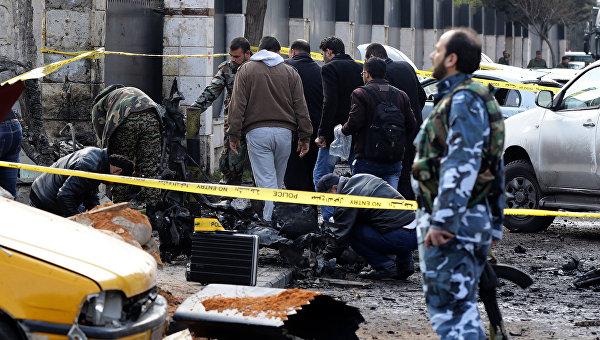На месте взрыва близ офицерского клуба МВД САР в жилом квартале Барза в Дамаске. 9 февраля 2016