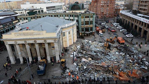 Сотрудники коммунальных служб сносят незаконно построенные торговые павильоны у метро Новослободская в Москве