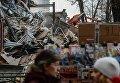 """Сотрудники коммунальных служб сносят незаконно построенные торговые павильоны у метро """"Арбатская"""" в Москве"""
