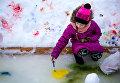 Карина Кузьмина рисует солнечное сердечко на льду