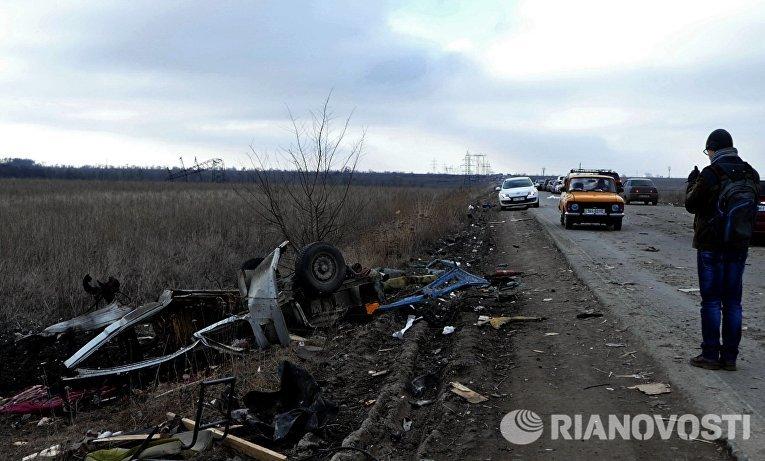Микроавтобус подорвался на мине в Донбассе
