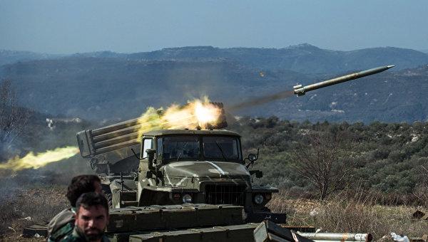 Артиллеристы сирийской армии стреляют с применением систем залпового огня Град на позициях в провинции Идлиб на северо-западе Сирии. Архивное фото