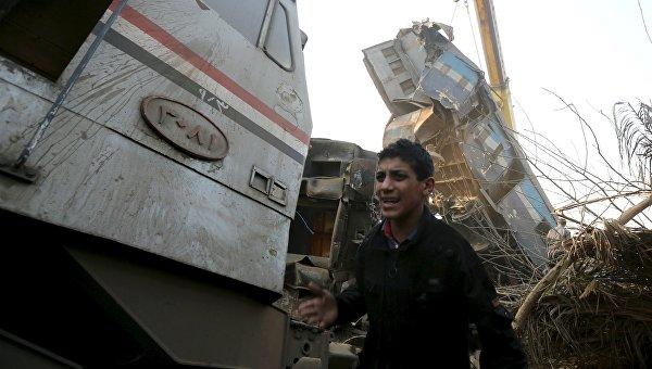 Мальчик возле сошедшего с рельсов поезда в Египете. 11 февраля 2016 год