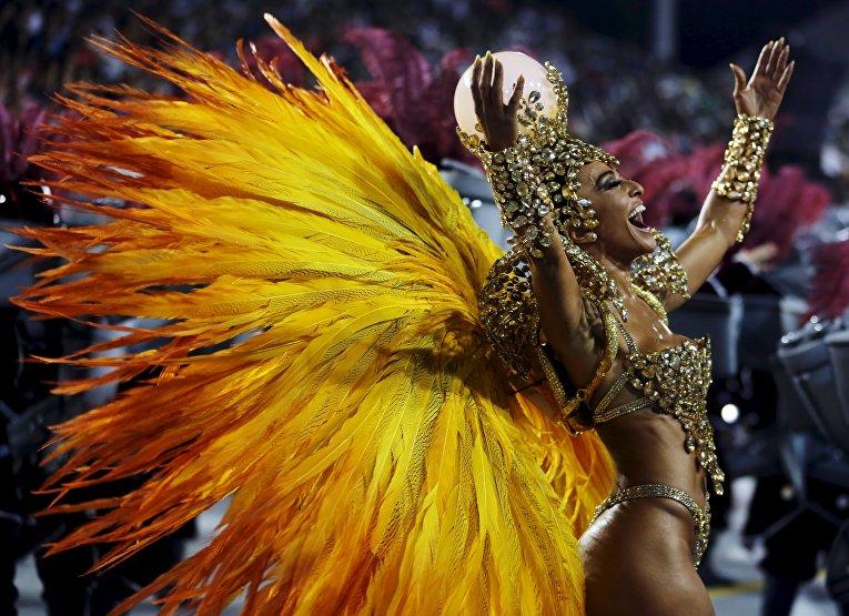 Участница карнавала в Сан-Паулу, Бразилия. 6 февраля 2016