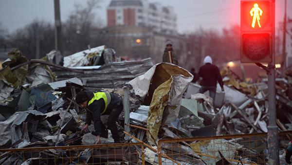 Сотрудники коммунальных служб сносят незаконно построенные торговые павильоны в Москве