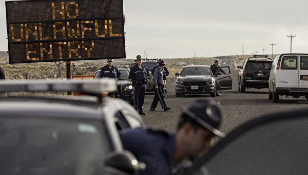 Полицейские блокируют автодорогу в районе Бернс, Орегон, 11 февраля 2016