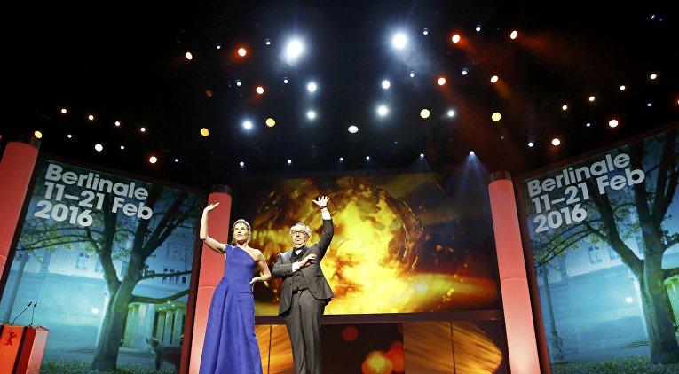 Актриса Анке Энгельке и директор фестиваля Дитер Косслик на церемонии открытия 66-го Берлинского международного кинофестиваля Берлинале - 2016