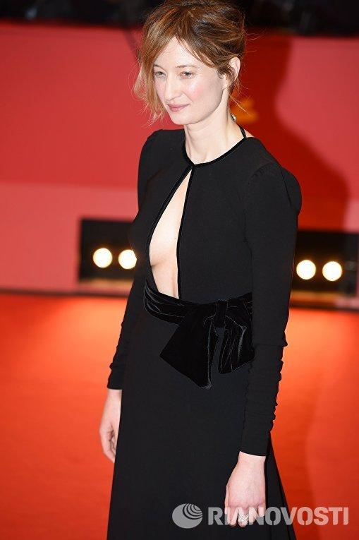 Член жюри основного конкурса, итальянская актриса Альба Рорвахер на церемонии открытия 66-го Берлинского международного кинофестиваля Берлинале - 2016