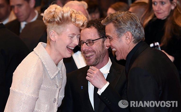 Американские актеры Тильда Суинтон и Джордж Клуни и режиссер Итан Коэн на премьере фильма братьев Коэнов Да здравствует Цезарь!