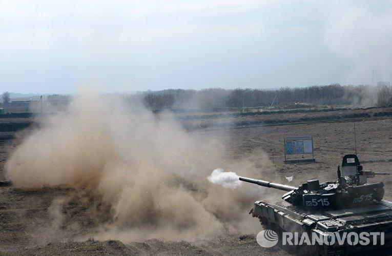 Танк Т-72Б3 производит выстрел по условному противнику во время военных учений мотострелковых войск 58-й общевойсковой армии ЮВО на полигоне Серноводский