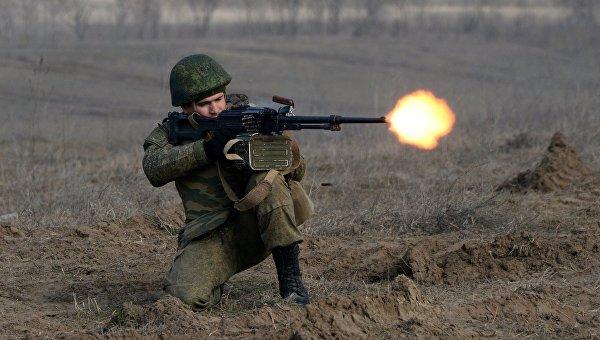 Военнослужащий во время учений мотострелковых войск 58-й общевойсковой армии ЮВО на полигоне Серноводский. Архивное фото