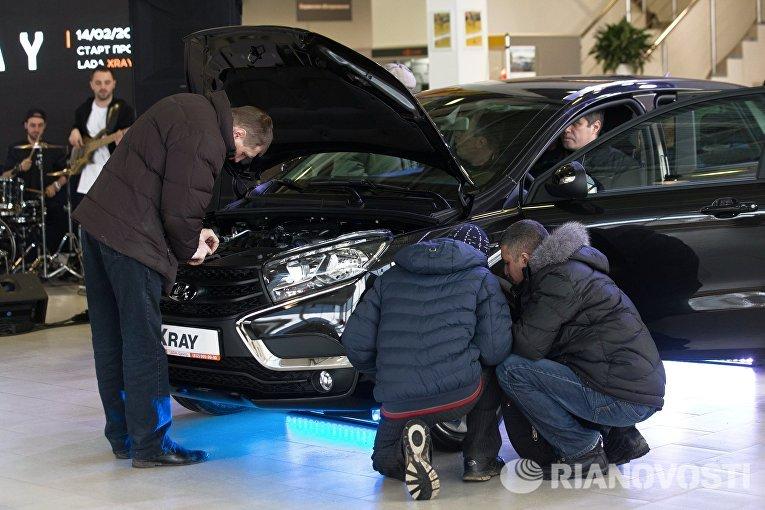 Клиенты в автосалоне Лада-Центр Юго-Запад в Санкт-Петербурге, где началась продажа компактного кроссовера Lada Xray