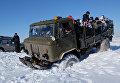 Зрители в кузове грузовика ГАЗ-66 во время ежегодного автомобильного спортивно-туристического внедорожного мероприятия Снежный беспредел