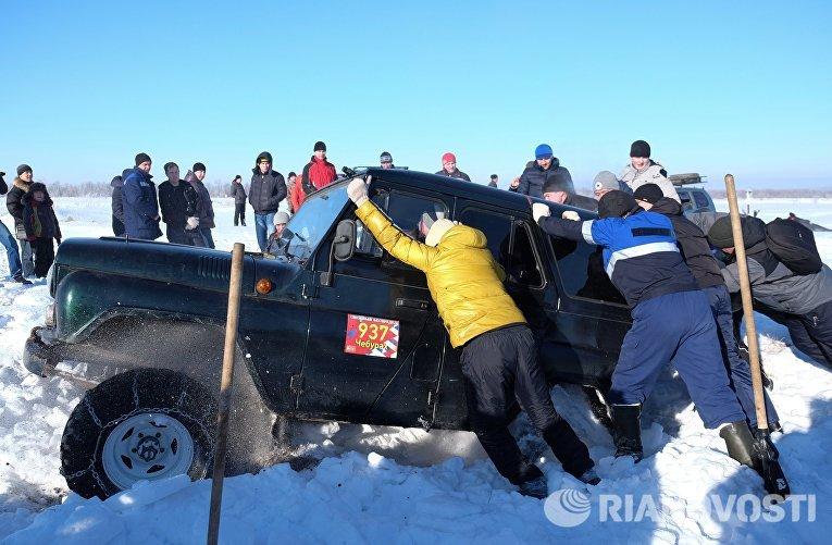 Зрители и участники ежегодного автомобильного спортивно-туристического внедорожного мероприятия Снежный беспредел