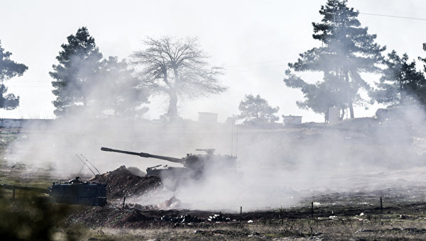 Турецкие военные ведут стрельбу по сирийской стороне на границе Турции и Сирии. Архивное фото