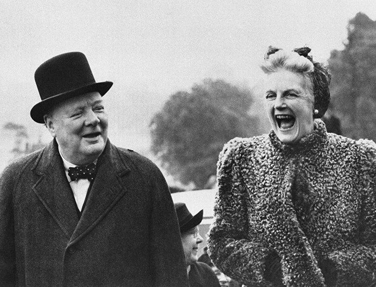 Премьер-министр Великобритании Уинстон Черчилль с женой Клементиной, 27 мая 1945