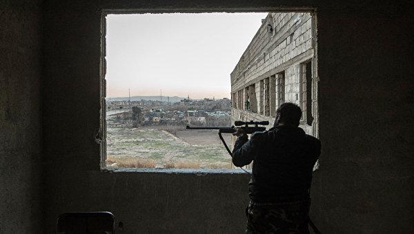 Военнослужащий Сирийской арабской армии на территории района Джобар в Дамаске, контролируемого боевиками Джебхат ан-Нусра. Архивное фото