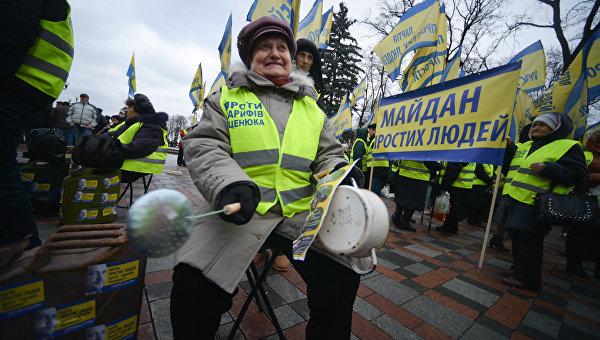 Участники акции протеста у здания Верховной рады в Киеве с требованием отставки правительства Украины во главе с премьер-министром Арсением Яценюком