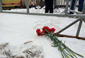 Цветы на месте взрыва бытового газа в пятиэтажном доме во Фрунзенском районе Ярославля