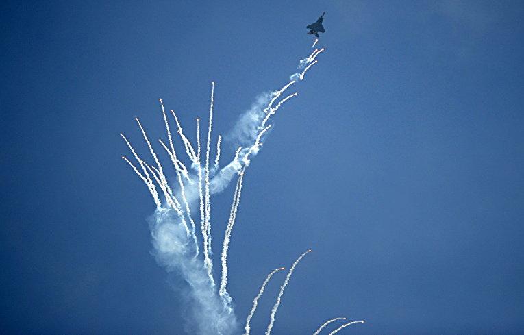 Истребитель F-16 сингапурских ВВС на авиашоу Singapore Airshow