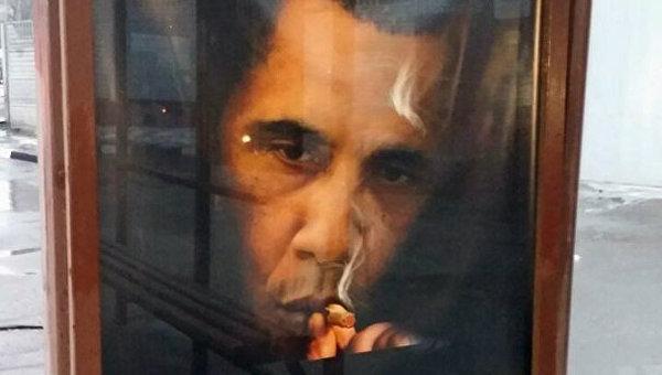 Плакат с изображением президента США Барака Обамы на остановке общественного транспорта на пересечении Сущевского вала и улицы Двинцев в Москве. Архивное фото