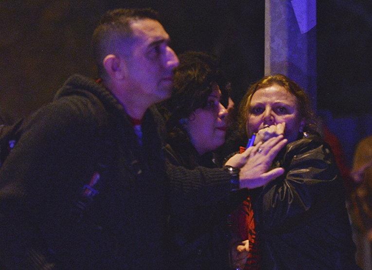 Местные жители на месте взрыва у общежития для военных в центре Анкары, Турция