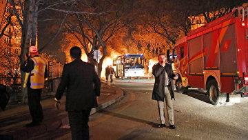 Пожарные на месте взрыва у общежития для военных в центре Анкары, Турция