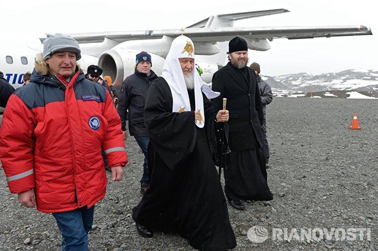 Начальник Российской Антарктической экспедиции Валерий Лукин и патриарх Московский и всея Руси Кирилл во время визита на остров Ватерлоо в Антарктиде