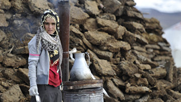Девушка готовит еду в разрушенной землетрясением курдской деревне. Архивное фото