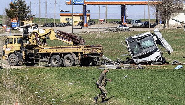 Турецкие военные на месте взрыва военного конвоя в провинции Диярбакыр, Турция. Архивное фото