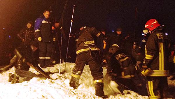 Спасатели МЧС расчищают от снега места схода лавины в городе Кировске мурманской области. 19 февраля 2016 год