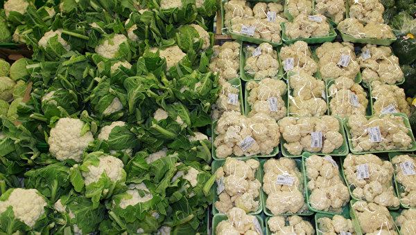 Витрина с цветной и брюссельской капустой. Архивное фото