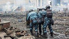 Сотрудники правоохранительных органов на площади Независимости в Киеве, где происходят столкновения митингующих и сотрудников милиции. 19 февраля 2014