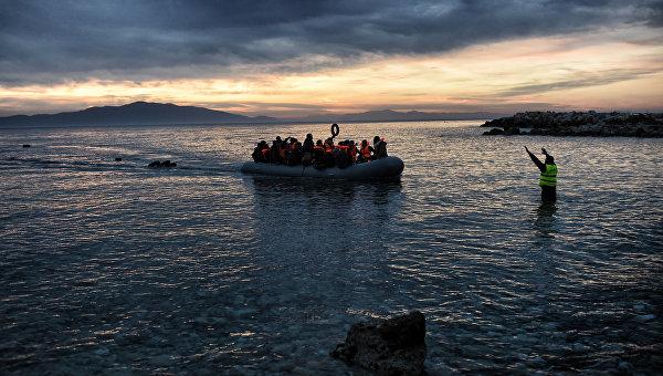 Беженцы на надувной лодке прибывают на греческий остров Лесбос