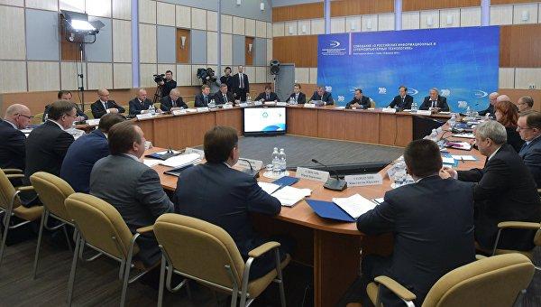 Председатель правительства РФ Дмитрий Медведев проводит совещание на площадке Российского федерального ядерного центра в Приволжском федеральном округе