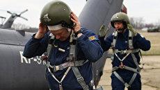 Летчики готовятся к учебно-тренировочным полетам экипажей армейской авиации отдельного вертолетного полка Южного военного округа. Архивное фото