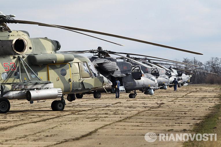 Вертолеты Ми-35М, Ми-28Н Ночной охотник, Ми-8АМТШ после завершения учебно-тренировочных полетов экипажей армейской авиации отдельного вертолетного полка Южного военного округа