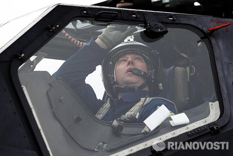 Летчик готовятся к учебно-тренировочным полетам экипажей армейской авиации отдельного вертолетного полка Южного военного округа