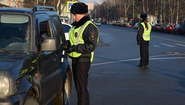 Сотрудницы ГИБДД ловят не нарушающих правила водителей в Подмосковье. 20 февраля 2016