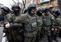 Сотрудники МВД Украины возле поврежденного офиса Сбербанка в Киеве